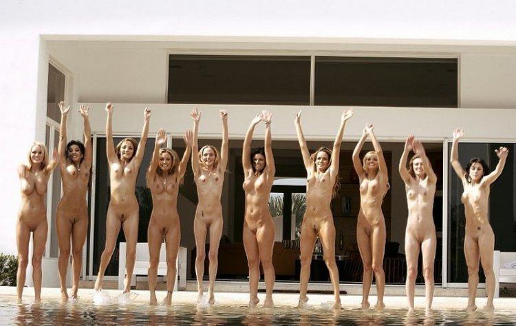 фото компании голых девушек