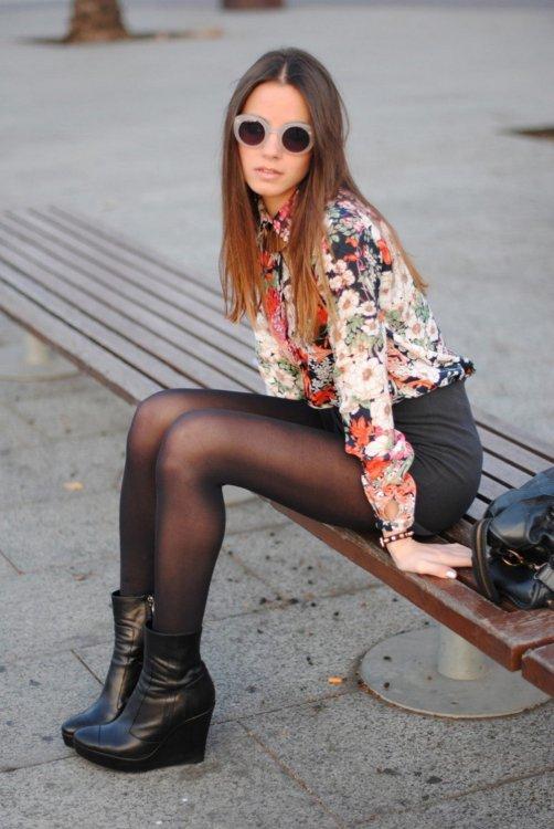 Девушка в черных колготках фото