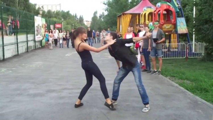 Девушку подвесили за руку